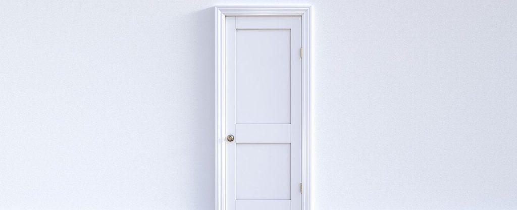 צביעת דלת עץ